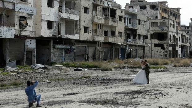 صورة عرس وسط الدمار في حمص/ أ ف ب