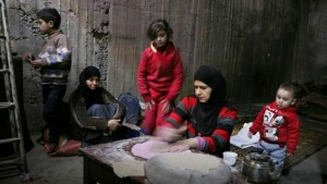 نساء يخبزن خبزا لأبنائهن في قبو من أقبية الغوطة الشرقية