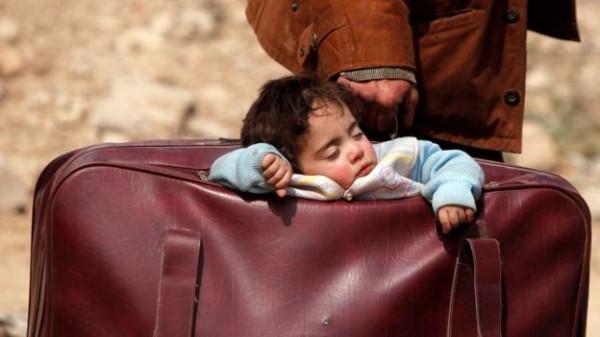 صورة طفلة في حقيبة أبيها تصبح 'وجه الغوطة' على تويتر عالمياً