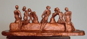 منحوتة للفنانة «علا حيدر» في معرض «حكواتيات»