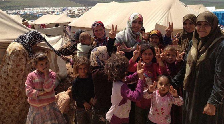 توكّل كرمان وسط اللاجئات خلال زيارتها لأحد المخيمات/ أرشيف