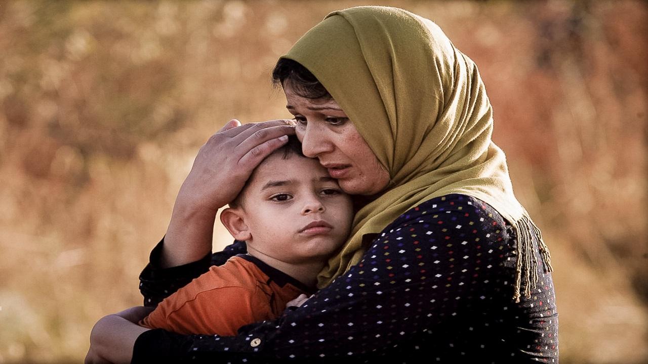 لاجئة سورية تصل السواحل اليونانية