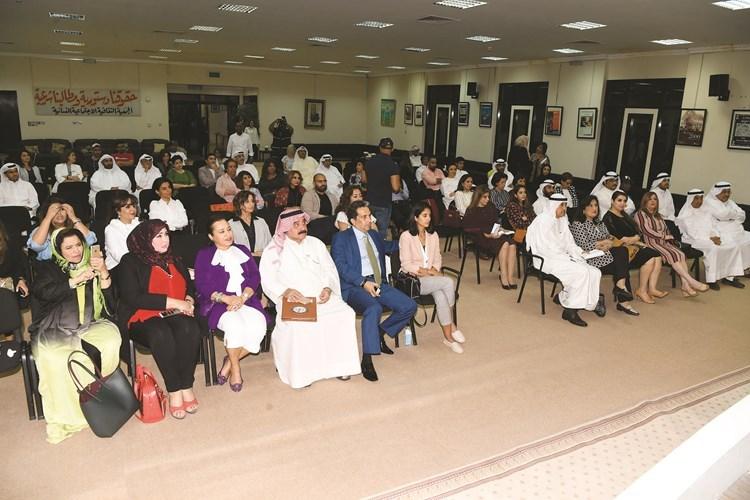عدد من الحضور والمشاركين في الندوة
