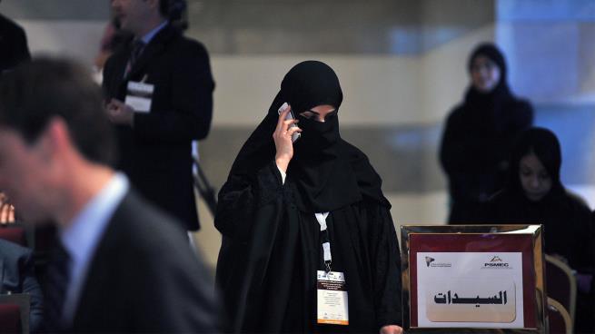 متى تخرج المرأة الخليجية لتمارس دورها بالعمل الاقتصادي (أرشيف/Getty)