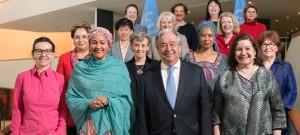 الأمين العام أنطونيو غوتيريش مع عدد من القيادات النسائية اللاتي يشغلن مناصب عليا بالأمم المتحدة