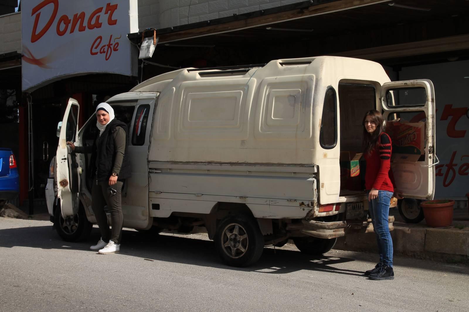 ديانا (يسار) وصديقتها (يمين) بجانب سيارة الفان التي تعمل بها/ هنا صوتك