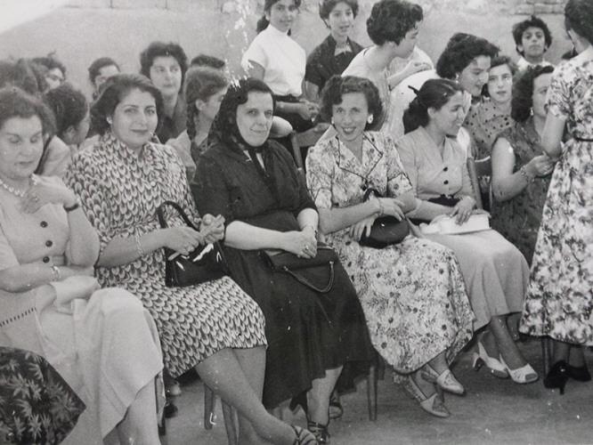 جهان موصلي (في الوسط) برفقة زميلاتها المُدرّسات / esyria