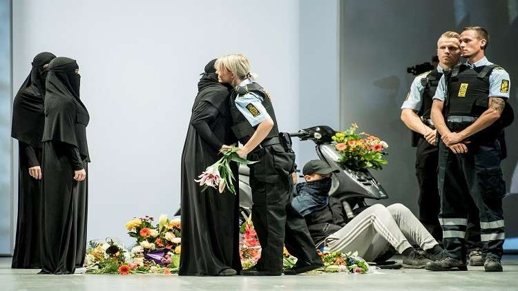 عرض أزياء يتحدّى قانون حظر ارتداء النقاب في الدنمارك