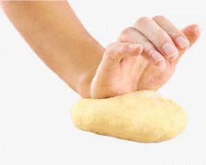 امرأة تحضّر عجينة الخبز