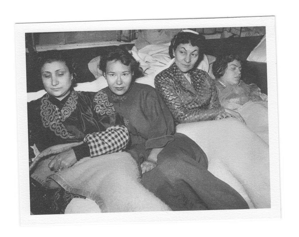 درية شفيق وزميلاتها خلال الإضراب عام 1954