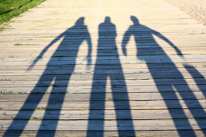 ظلالٌ لثلاثة أشخاص/ انترنت