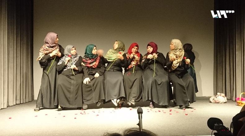 """من العرض المسرحي""""حمرة"""" في بيروت(تلفزيون سوريا)"""