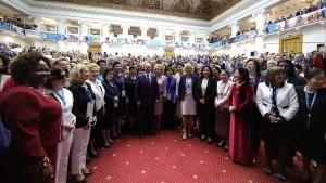 صورة تذكارية لبوتين خلال المنتدى الأورآسيوي للمرأة
