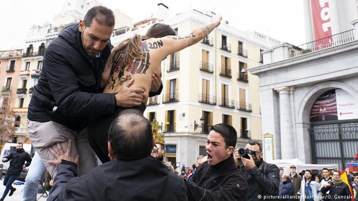"""ناشطة من حركة """"فيمن"""" تقتحم المظاهرة في مدريد"""