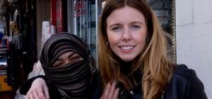 """مقدمة الحلقة الوثائقية ستيسي دولي التي استعانت بسيدة تركية وقدمتها على أنها سورية """"تعمل في الدعارة"""" - سي إن إن ترك"""