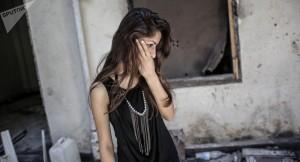 فتاة تتفحّص منزلها في حمص وسط الركام/ سبوتنيك