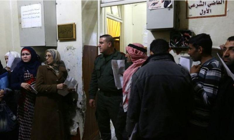 نساء سوريات على باب القاضي الشرعي الأول (جريدة العرب)