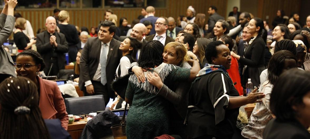 المشاركات والمشاركون يحتفلون بنجاح فعاليات لجنة الأمم المتحدة لوضع المرأة بنجاح في دورتها الثالثة والستين في مقر الأمم المتحدة بنيويورك.