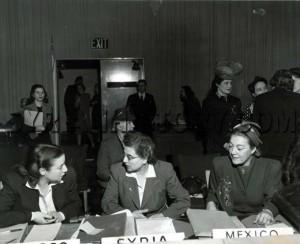 (في الوسط) الممثلة العربية الأولى في الأمم المتحدة أليس قندلفت ممثّلةً لسوريا