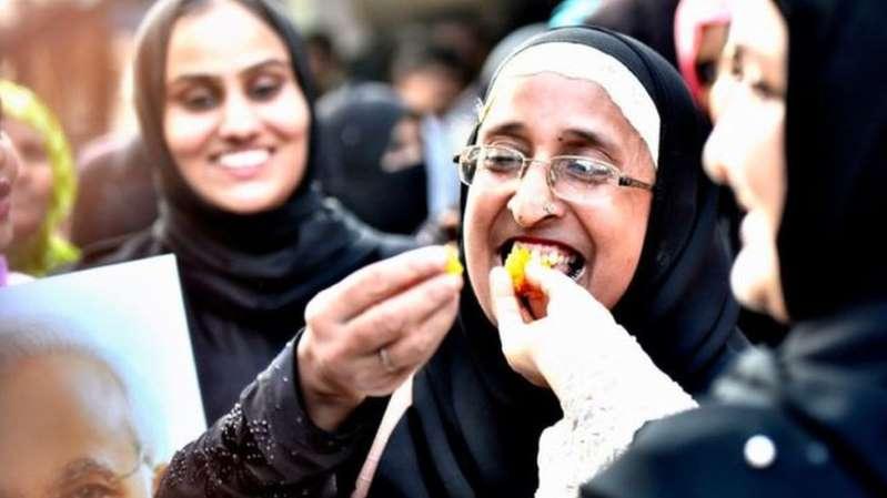 هنديات تحتفلن بصدور قانون تجريم الطلاق البائن الجديد من البرلمان/ Getty Images