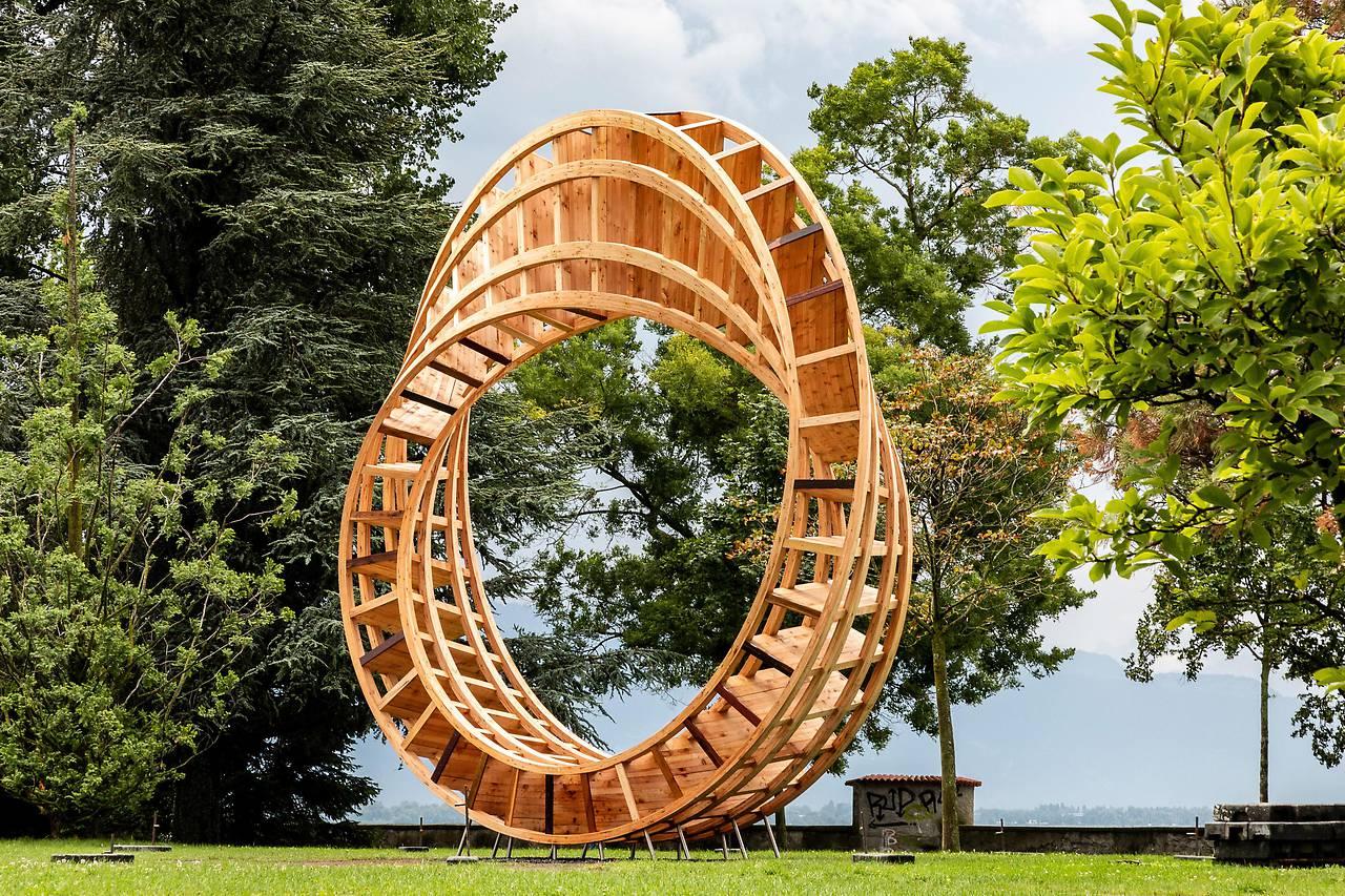 The Ring for Peace (خاتمُ السلام) مصنوع من قطعٍ خشبية من جميع أنحاء العالم ويبلغ ارتفاعه ثمانية أمتار تقريبًا/ ORF