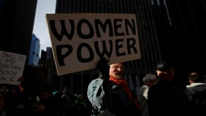 رجلٌ يشارك في مسيرة نسوية في نيويورك (20/1/2018/فرانس برس)