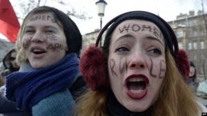ناشطات نسويات خلال مظاهرة في سان بطرسبورغ في روسيا