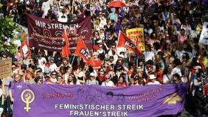 احتجاجات النساء في سويسرا/ مجلة سيدتي