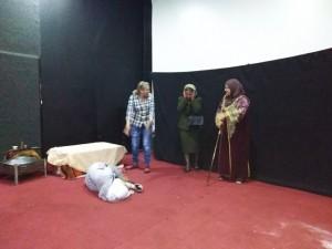 مشهد من المسرح التفاعلي في اليوم العالمي للتضامن مع ضحايا جرائم الشرف