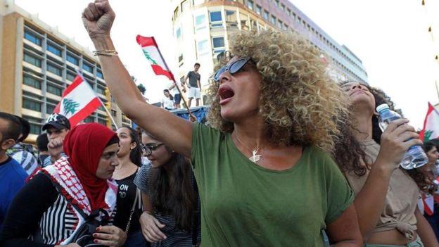 المرأة اللبنانية تقدّمت صفوف الاحتجاجات/ GETTY IMAGES