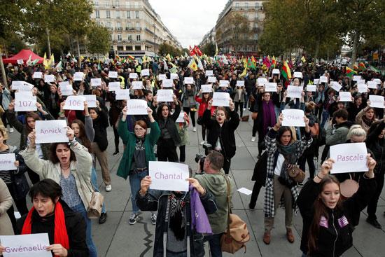 المتظاهرات يحملن أسماء الضحايا/ رويترز