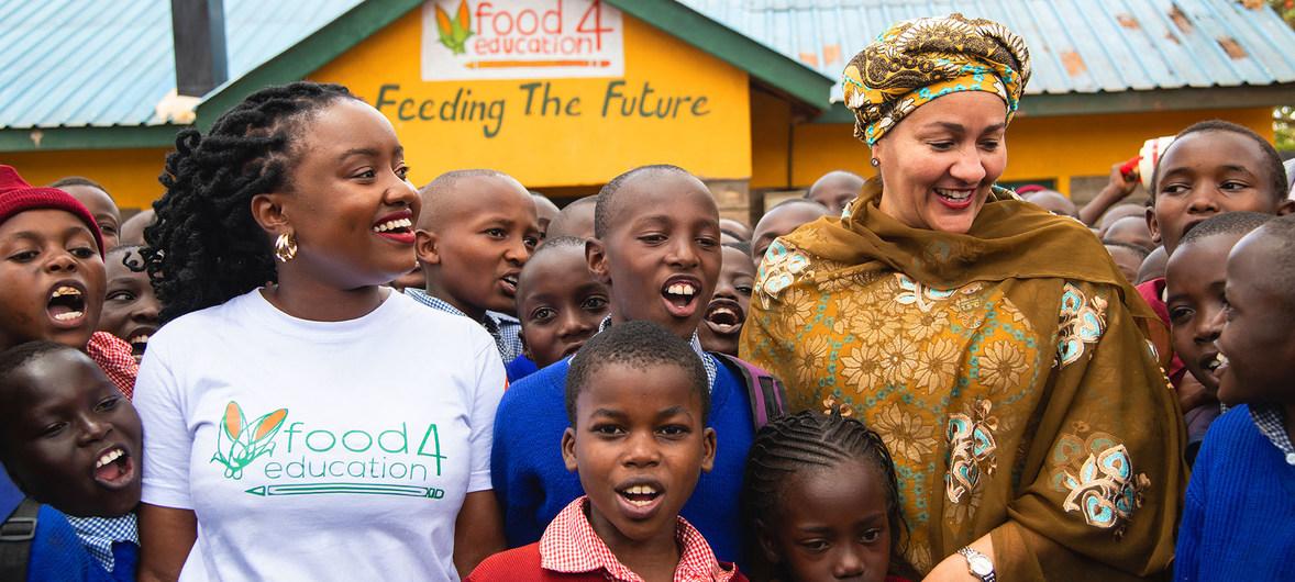UNEP/Georgina Jane Smith نائبة الأمين العام للأمم المتحدة، أمينة محمد، تلتقي في طلاب مدرسة محلية تستفيد من شراكة معهد الطعام مقابل التعليم في نيروبي في كينيا