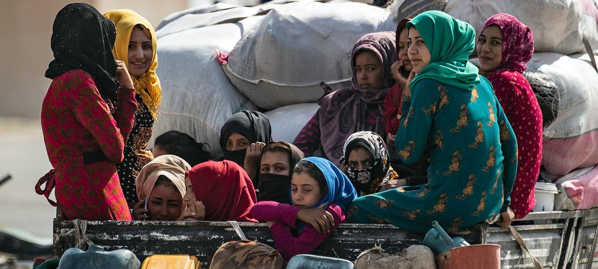 نساء وأطفال على ظهر شاحنة في حركة وصول العائلات النازحة من رأس العين إلى تل تامر بعد فرارها من العنف المتصاعد في سوريا (11 أكتوبر 2019)) UNICEF/Delil Souleiman