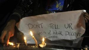 """""""لا تقل للفتيات إن عليهن ارتداء ثياب محتشمة بل قل للصبية أن يتصرفوا بتهذيب"""" عبارة مكتوبة على لافتة رُفِعَت في وقفة احتجاجية لإبداء الدعم لضحية عملية اغتصاب جماعي وقعت في نيودلهي عام 2012"""