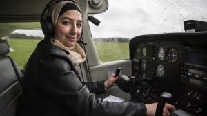 مايا غزال، 20 عاماً، في صورة بعد أول رحلة فردية لها، في مركز بايلوت في دينهام، المملكة المتحدة. © UNHCR/Andrew McConnell