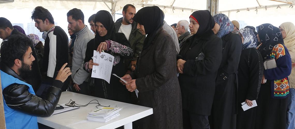 لاجئات ولاجئون يصطفون أمام مركز التسجيل التابع لمفوضية الأمم المتحدة العليا للاجئين في طرابلس بلبنان. © محمد أذاكير/ البنك الدولي