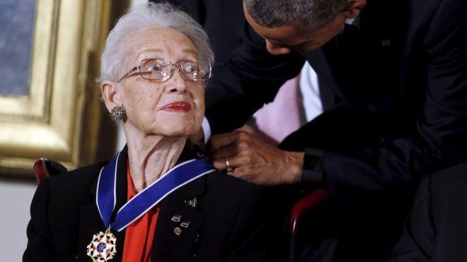 منح الرئيس الأمريكي السابق باراك أوباما، كاثرين جونسون، الميدالية الرئاسية للحرية عام 2015