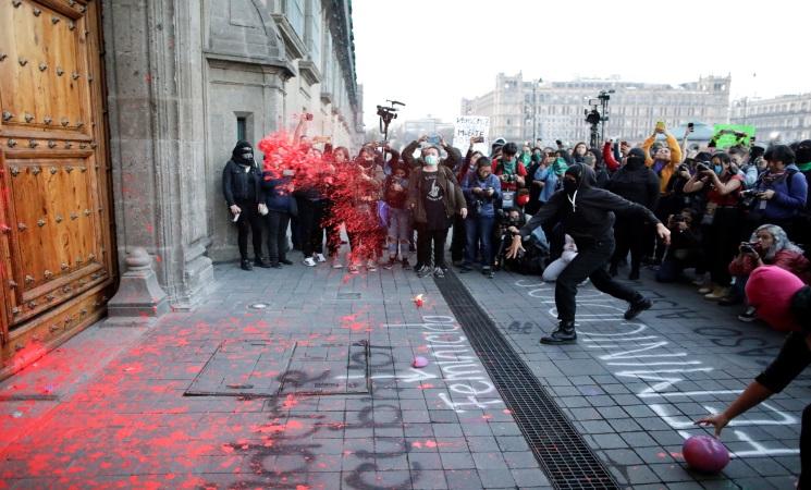 """""""دولة قتل النساء"""" عبارة كتيتها المتظاهرات على القصر الرئاسي في مكسيكو سيتي"""