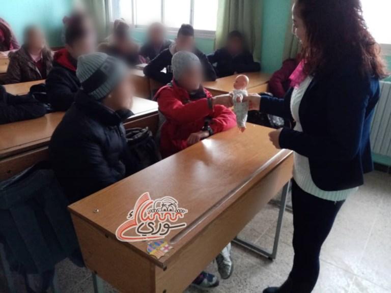 """في مدارس """"السويداء"""" مرشدات اجتماعيات يستخدمن الدمى لتعليم الطلاب كيفية تفادي التحرّش"""