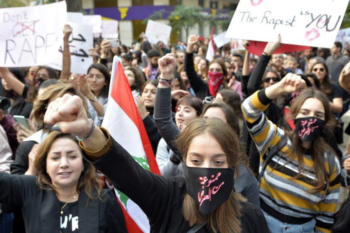 نساء لبنانيات يحملن لافتات ويرددن شعارات احتجاجاً على الاغتصاب والعنف ويطالبن بالمساواة في الحقوق - بيروت كانون الأول/ديسمبر 2019 © EPA-EFE/وائل حمزة
