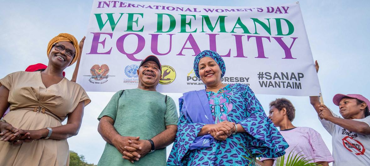 نائبة الأمين العام، أمينة محمد، تشارك في مسيرة بمناسبة يوم المرأة في بابوا غينيا الجديدة