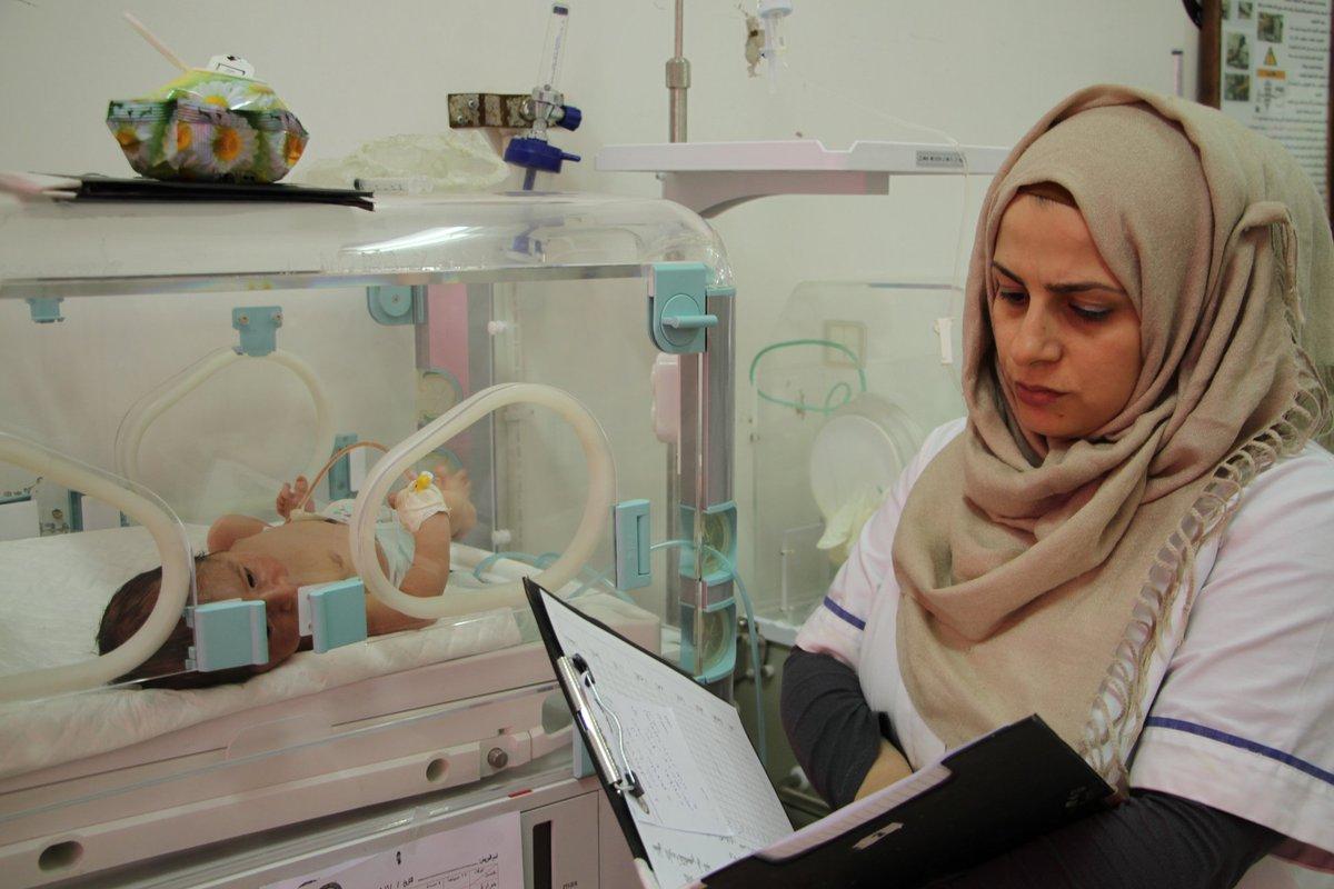 ممرضة تتفقد حاضنات الأطفال في مشفى سامز بإدلب (منظمة سامز)