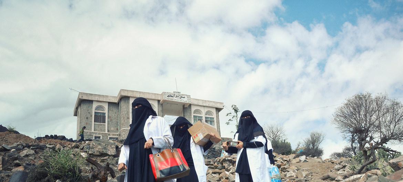 تتوجه القابلات في المناطق الجبلية في تعز إلى القرى لتقديم الخدمات الصحية للأمهات ومواليدهن. UNFPA Yemen