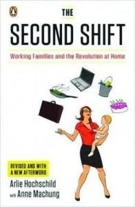 كتاب التحوّل الثاني يناقش توفيق المرأة بين عملها في المنزل وعملها في المكتب.