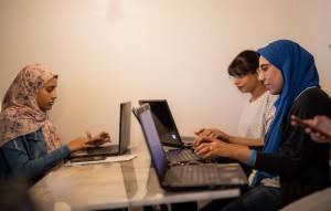 """نساء متطوعات في مبادرة """"قصتها"""" الشبابية، التي تنشر معلومات المساواة بين كلا الجنسين في المنطقة العربية"""