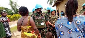 جندية حفظ سلامتنزانية خلال حديثٍ مع نساء في الكونغو