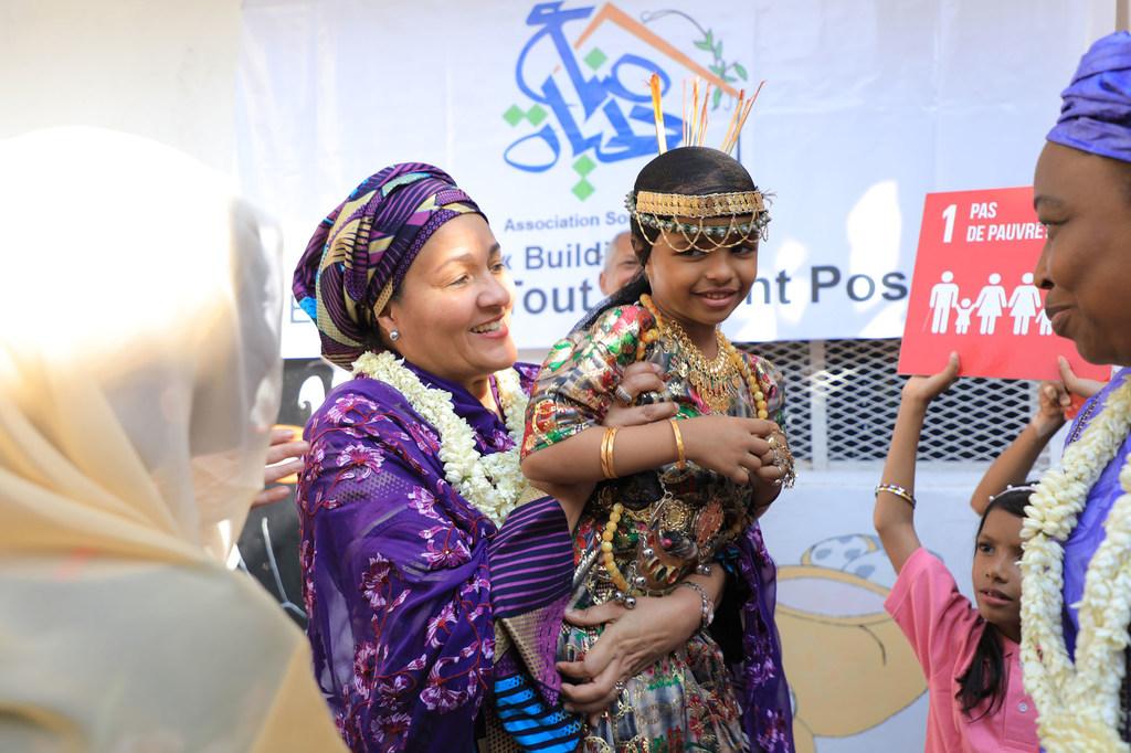 أمينة محمد، نائبة الأمين العام للأمم المتحدة، تتفاعل مع فتاة صغيرة خلال زيارتها لجيبوتي. United Nations