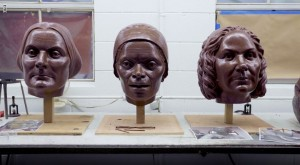 رائدات حقوق المرأة وهن سوزان ب. أنتوني، وسوجورنر تروث، وإليزابيث كادي ستانتون