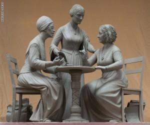 موذج من الطين للنصب التذكاري الذي يجسد رائدات حقوق المرأة