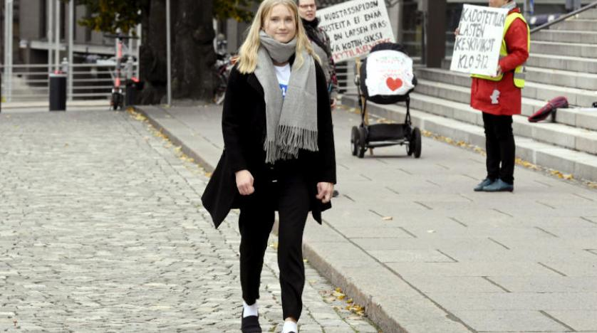 آفا مورتو تمشي في أحد شوارع هلسنكي (أ.ب)